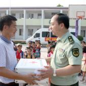 医院将精心准备的药箱赠送给学校