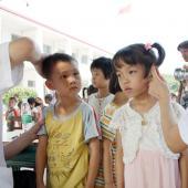 医生对孩子们进行普通外科和五官科检查