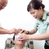 医院领导和眼科主任为患者揭下眼罩