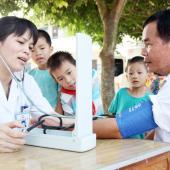 医生为老师进行健康检查