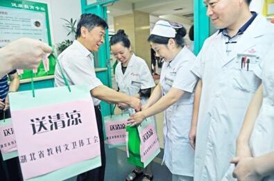 图为刘晓林为医护人员送物资