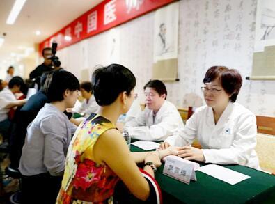 北京中医医院等的中医专家为患者提供中医诊疗服务