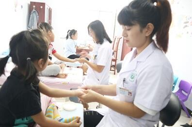 河北省清河县中医院为患儿进行推拿