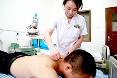 湖北省襄阳市中医医院正在为患者针灸