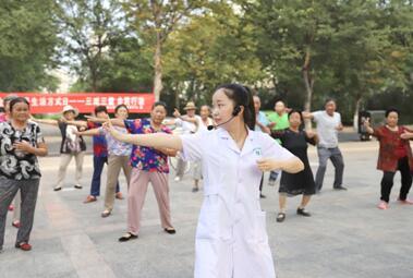 社区广场教居民习练八段锦