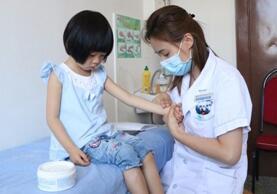 图为儿科医生正在为小患者推拿