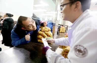 图为患者正在向中药师咨询中药煎煮方法