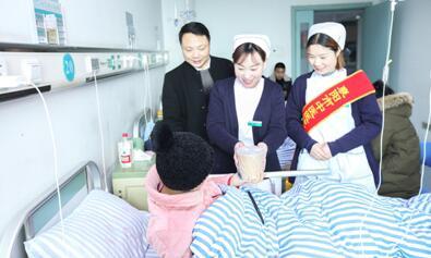 湖北省襄阳市中医医院青年志愿者将一碗碗热腾腾的汤圆送至病区