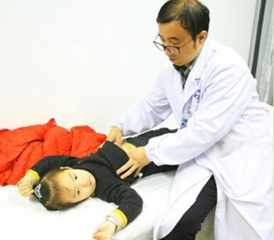 图为该院针灸推拿科医生正为患儿治疗