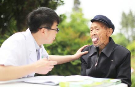 图为垫江县桂阳社区卫生服务中心的家庭医生为村民进行中医体质辨识