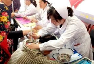 图为医护人员为村民进行艾灸治疗
