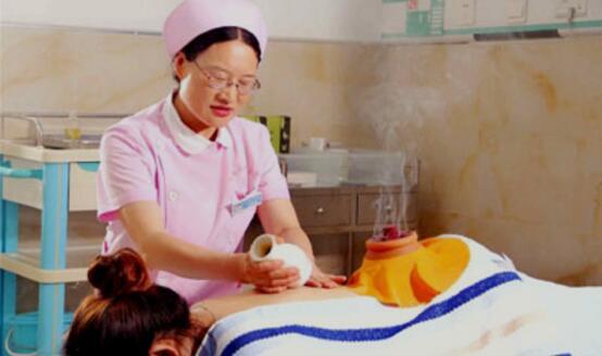 图为该院中医护理人员为患者进行中医全息刮痧