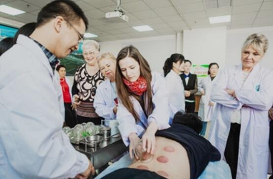 图为匈牙利医务人员学习拔罐技术