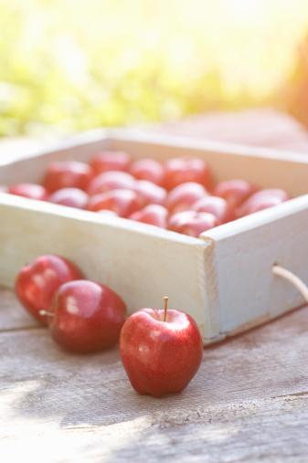 提到挑动情欲的水果,凡是知道亚当、夏娃的人都会想到苹果。自从亚当和夏娃以后,苹果就已经等同于诱惑的代名词。苹果受充足的阳光照射形成的红色色素,可使性荷尔蒙的分泌更旺盛,让男性更具有阳刚之气,让女性变得更有女人味。