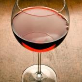 """红酒由葡萄酿造而成,禀赋了葡萄滋润多汁的本性,微有甜、酸和辛辣味。中医讲""""辛甘养阳,酸甘养阴"""",一杯红酒入腹,阴阳两补。适量的红酒可促进血液循环的加快,促进体内能量的释放,能让情人们放松身心、更享受美好的夜晚。配合营养丰富的乳酪,是真真切切从内助长性趣!"""