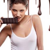 """巧克力不仅仅是一种使人快乐的食物,它还是能让情人们""""性""""福的最好礼物。营养学家认为,巧克力所含的成分能稳定神经并有助开放感官,带给人轻松、兴奋的感觉,让人们更期待两性之乐。生理学家研究显示,大脑对爱情的反应,与品尝巧克力后产生的反应是一样的,所以人们都说巧克力是爱情的味道。"""