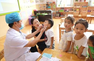 为适龄儿童进行口腔检查